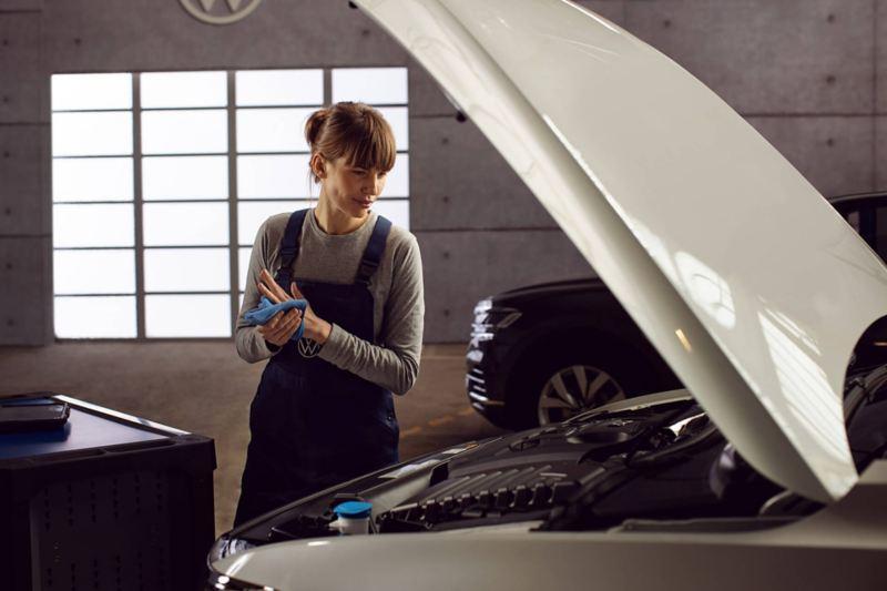 Technicien certifié travaillant sur un véhicule