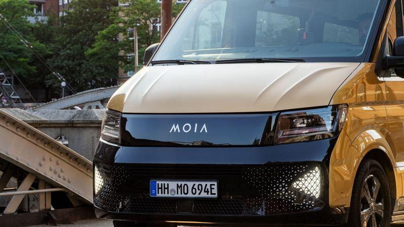 Die Frontansicht eines MOIA-Fahrzeuges.