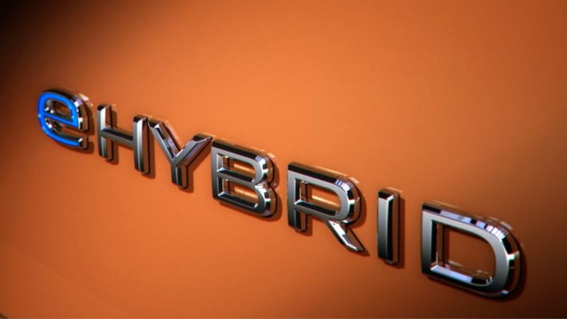 Un plan rapproché sur le logo e-Hybride du nouveau Volkswagen Multivan.