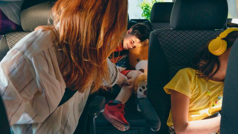 Uma família a brincar confortavelmente nos bancos da carrinha Volkswagen Multivan 6.1.