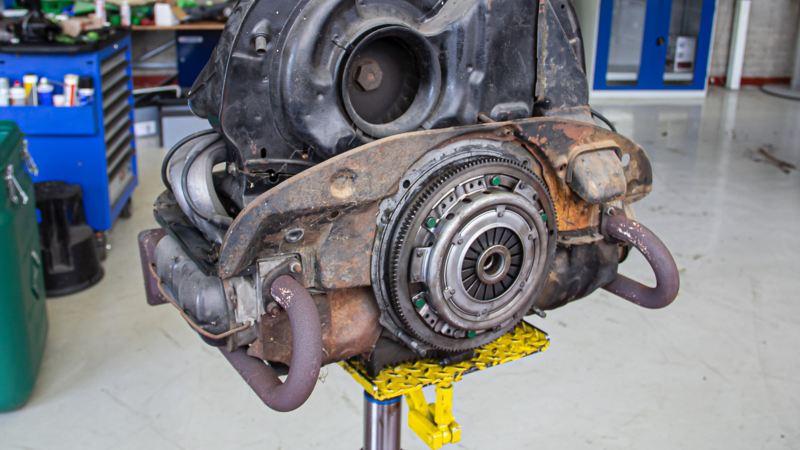 Ein verrosteter Motor eines Volkswagen T1.