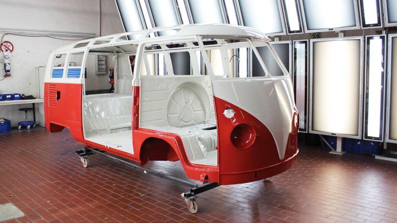 Die lackierte Karosserie eines Volkswagen T1.