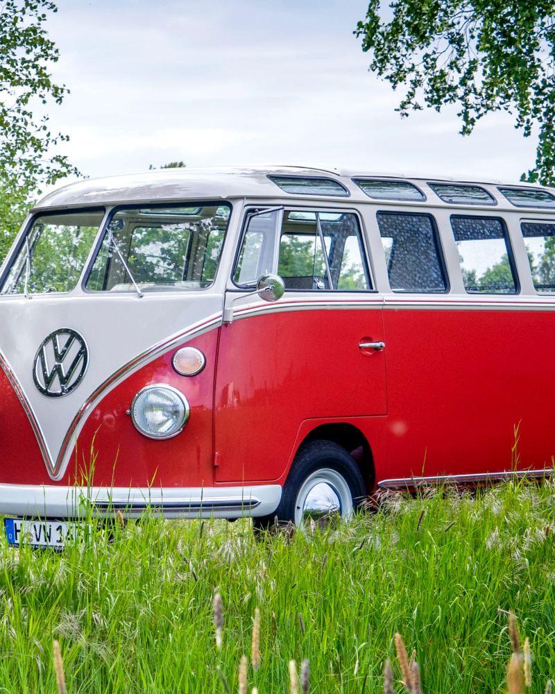 Ein restaurierter Volkswagen Bulli in rot-weiß.