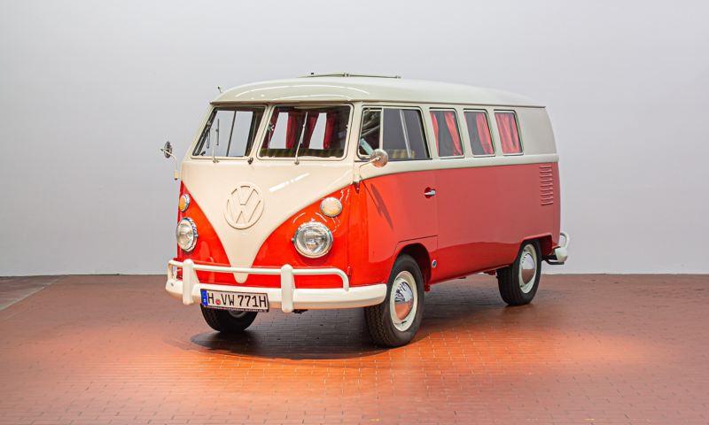 Ein alter VW Bus von schräg vorne.