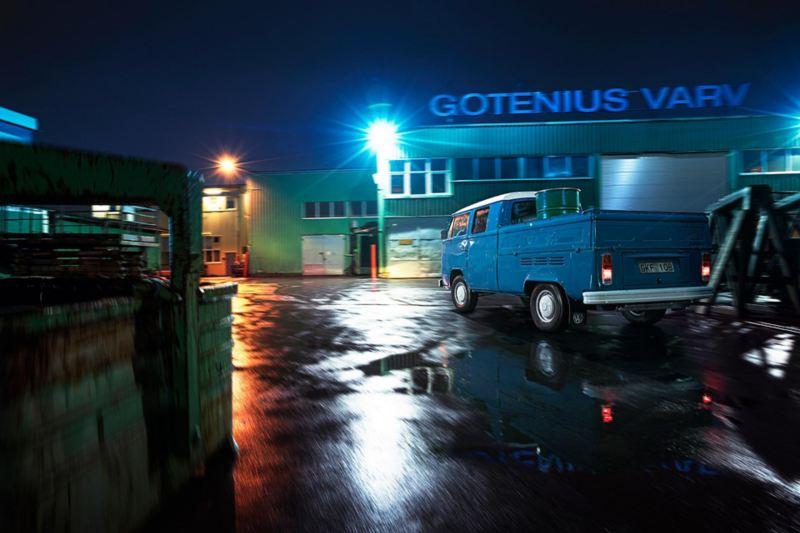Gammal Volkswagen pickup kör oljefat på Gotenius varv