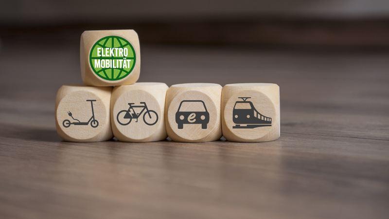 Fünf Würfel mit Pictogrammen zur Elektromobilität.
