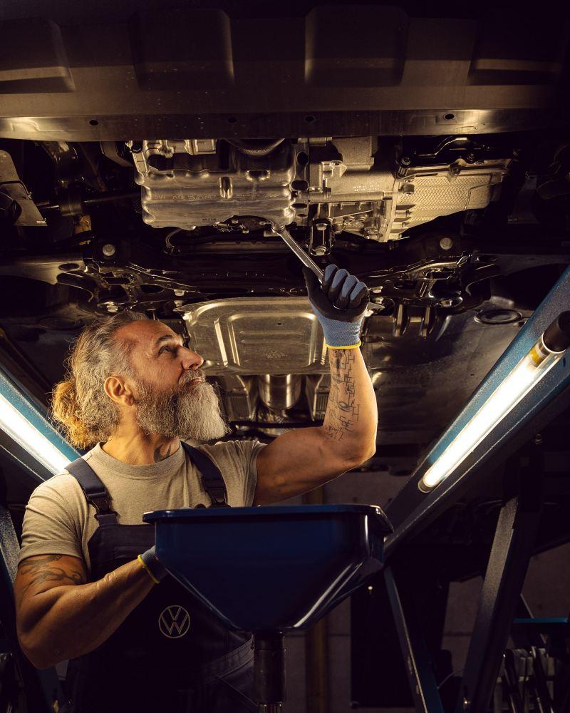 Inspección profunda de un automóvil VW en un taller de servicio