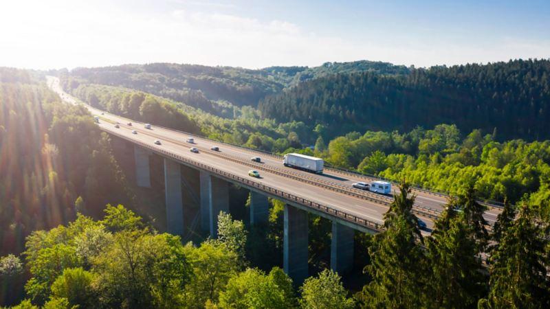 Autopista en un bosque limpio, sustentabilidad automotriz