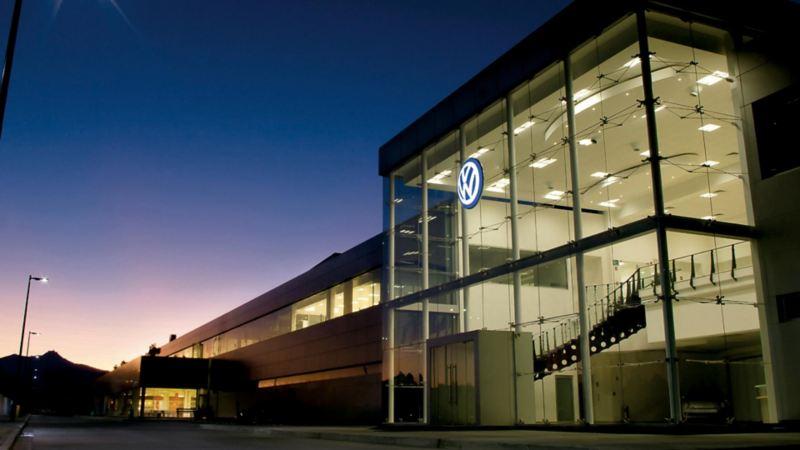 Emblema de Volkswagen en edificio al interior de la fábrica