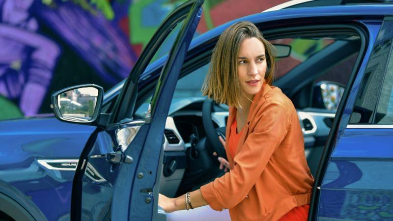 Mujer bajando de T-Cross, el SUV juvenil de VW