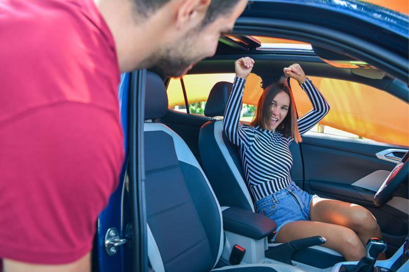 Pareja joven celebra la compra de un SUV con el financiamiento VW T-Cross Entre Dos.