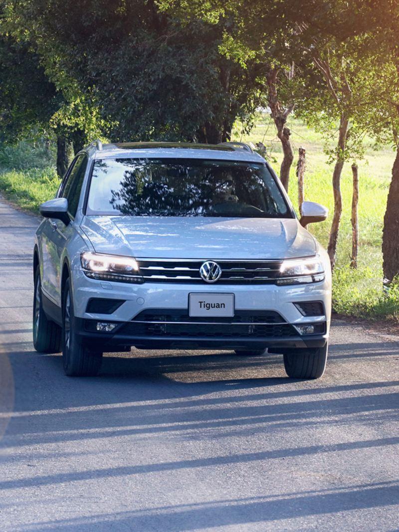 SUV Tiguan 2020 de Volkswagen en marcha en color blanco andando por carretera