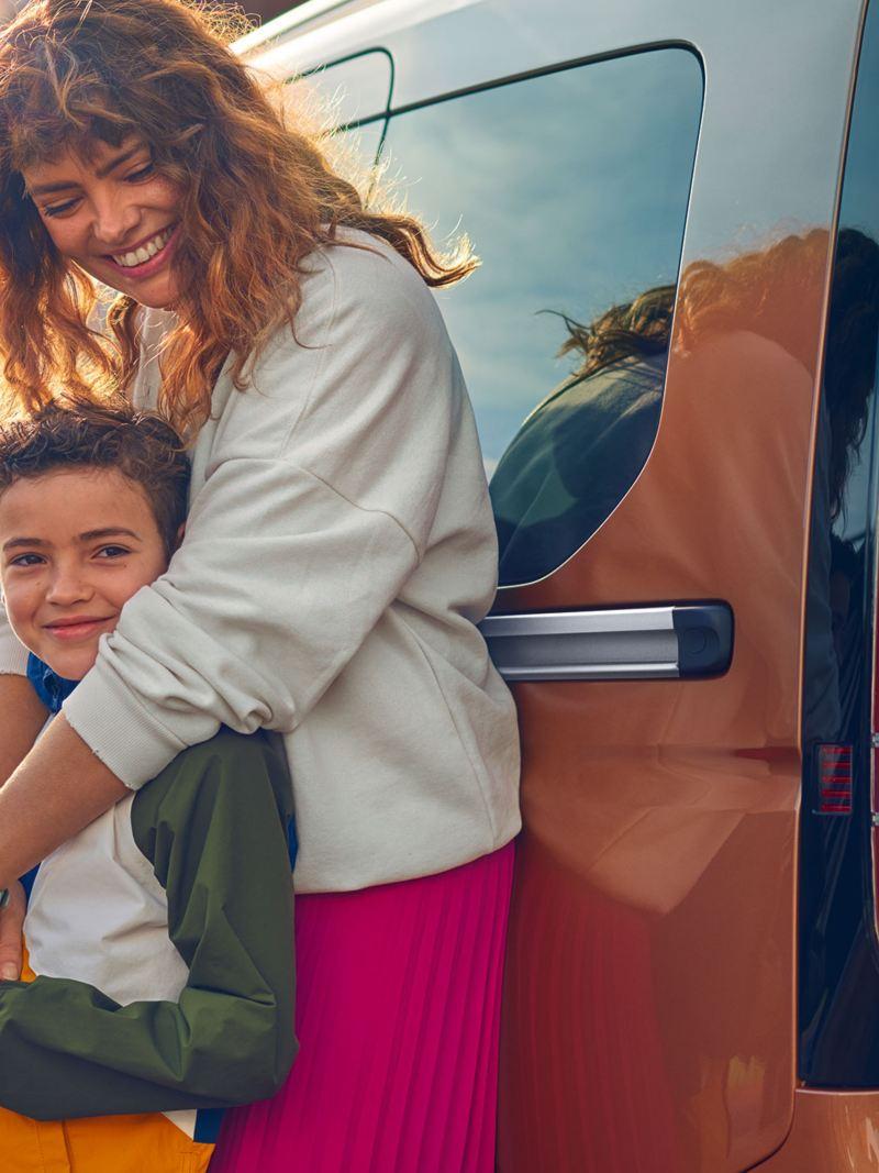 Kvinna och barn vid en Caddy Personbil familjebil