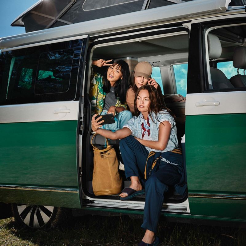 Kvinnor tar groupie i en VW California 6.1 campingbil