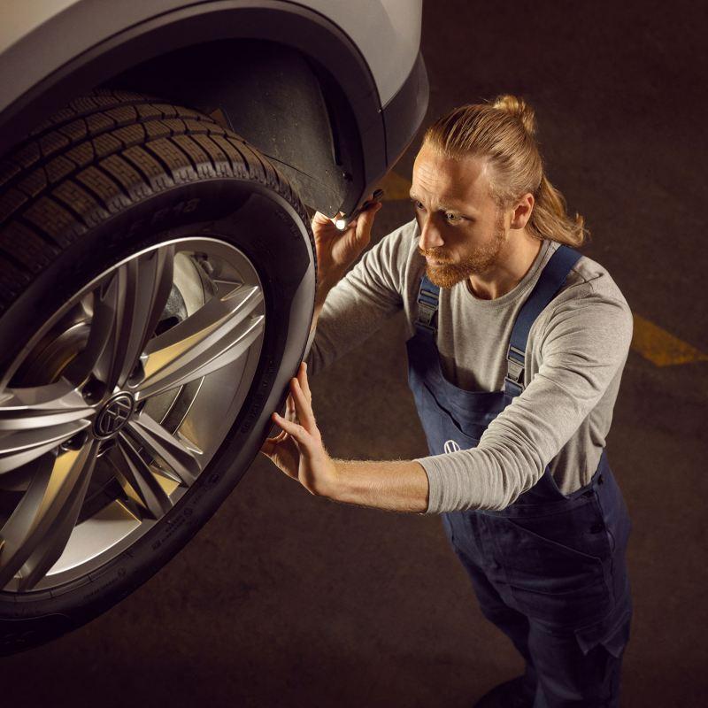 Mekaniker utför service på en Volkswagen