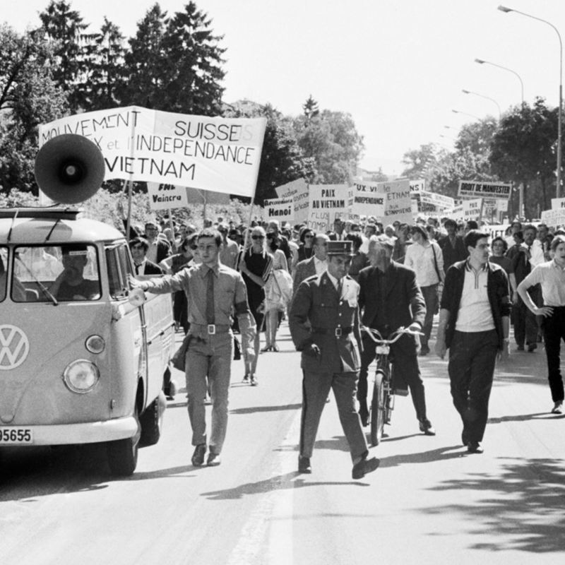 Das «Hippie-Büssli» steht in einer Demonstration