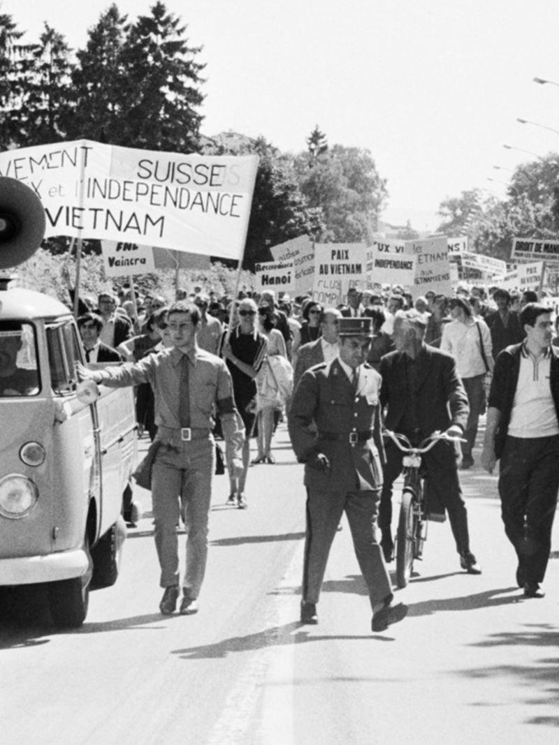 """Il """"Hippie-Bussli"""" è tenuto in una dimostrazione"""