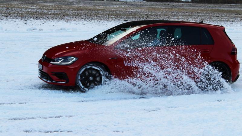 Ein Golf  R fährt im Schnee