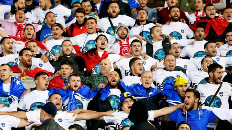 Kosovo Fans im Stadion Arm in Arm