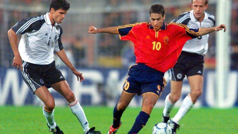 Deutscher gegen Spanier im Kampf um den Ball