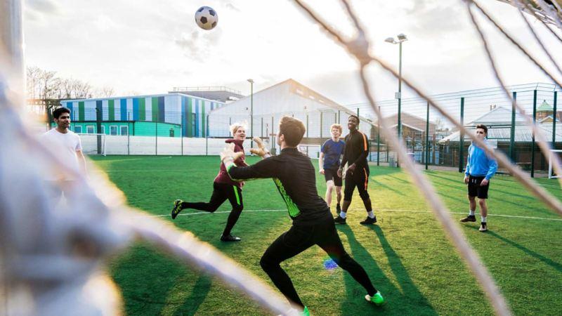 Spielszene auf einem Sportplatz